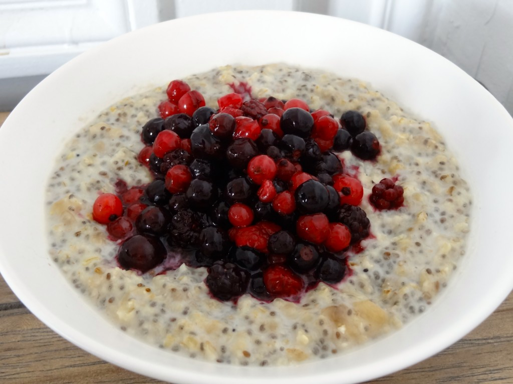 Porridge avoine-banane-chia aux fruits rouges