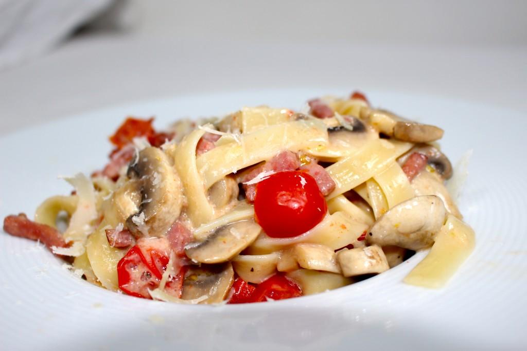 Pâtes champignons, tomates et bacon
