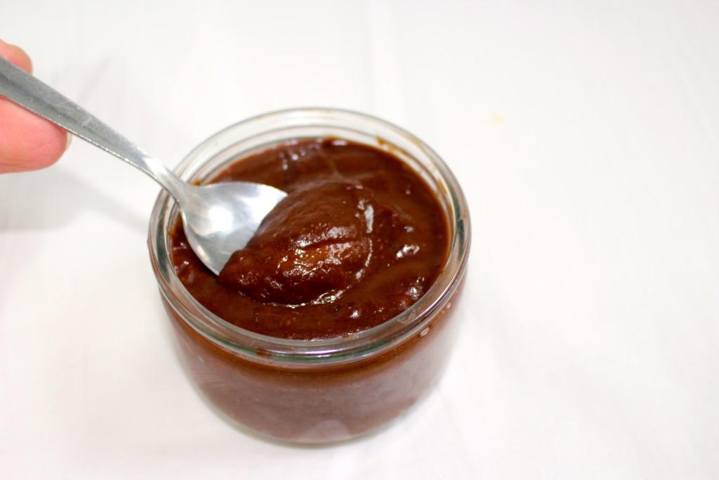 Crème onctueuse au chocolat, avocat et dattes